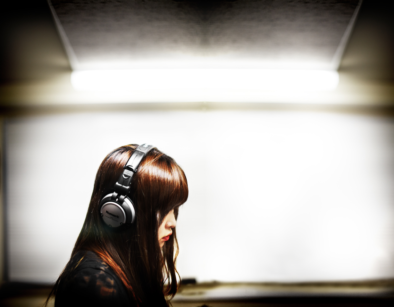 Christian_Kozowyk_girl_headphones
